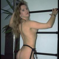 Bondage-Sex! Lüsterne Hausfrau im Schlafzimmer gefesselt!